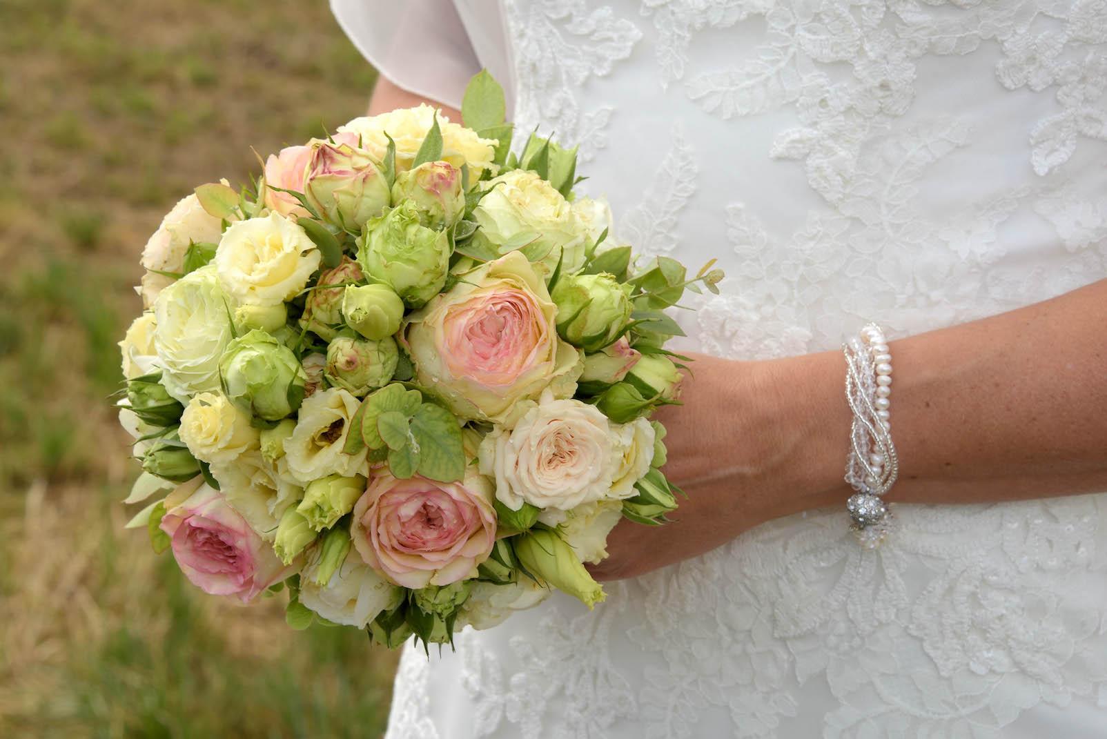 Hochzeit blumen brautstrauss farbig kleid weiss bl tenart for Raumgestaltung hochzeit