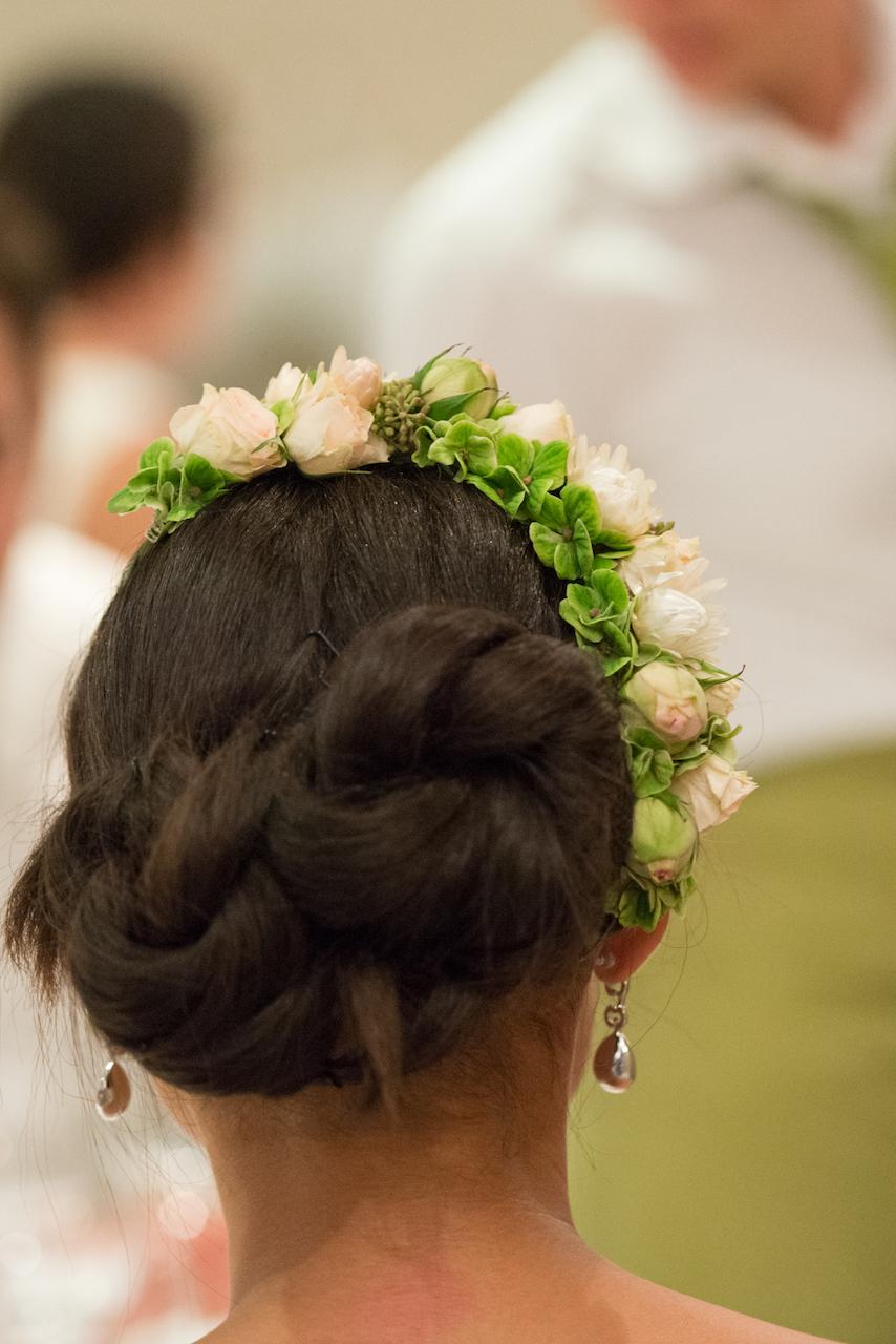 Hochzeit blumen kopfkranz seitlich rosen rosa gruen for Raumgestaltung hochzeit