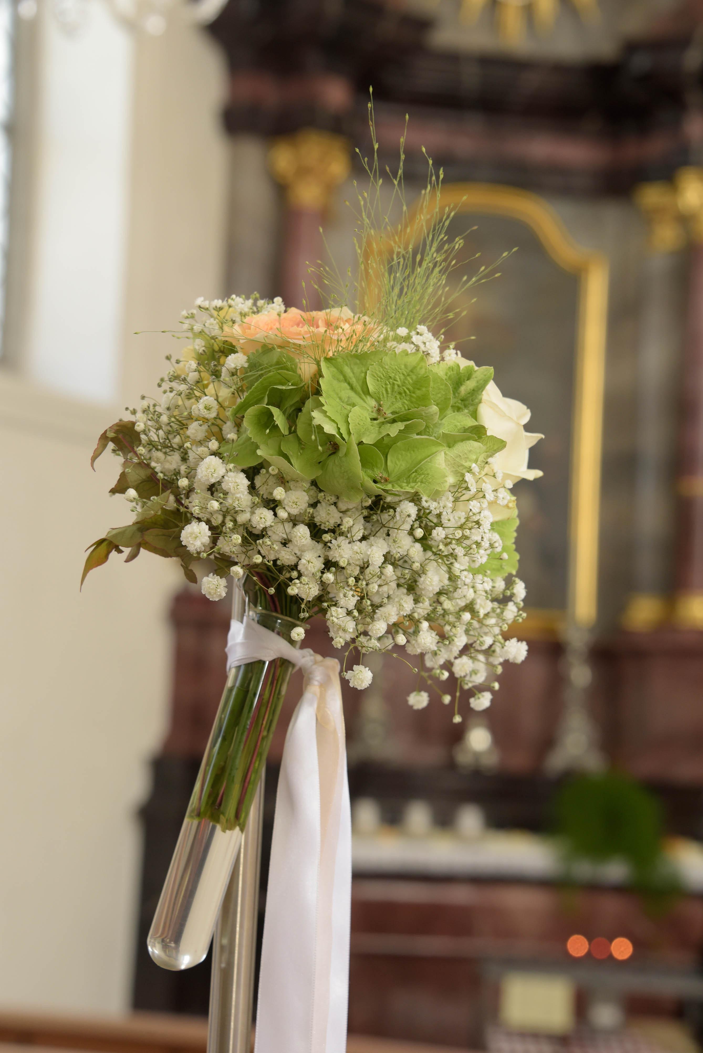 Hochzeit blumenstrauss farbig baendel weiss bl tenart for Raumgestaltung hochzeit