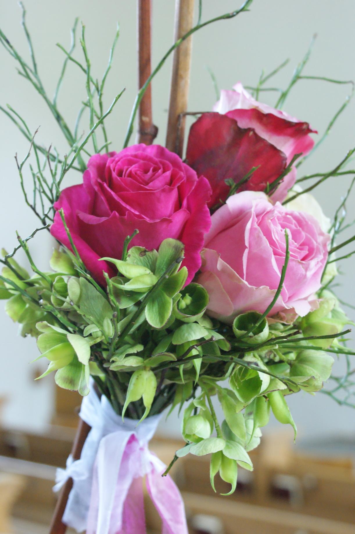 Hochzeit blumenstrauss rosa pink gruen baendel weiss for Raumgestaltung hochzeit