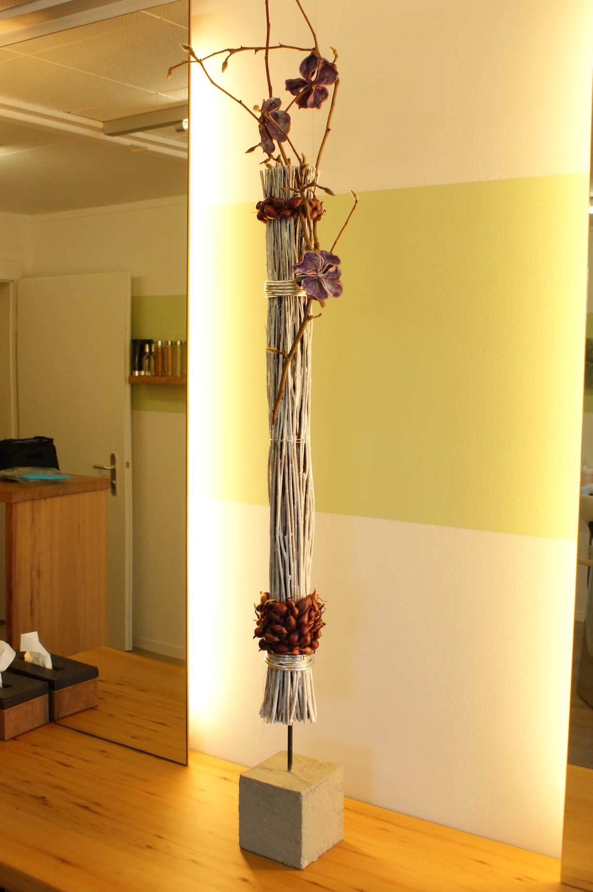 Raumgestaltung holzbund braun pflanze rot braun aeste for Raumgestaltung 24
