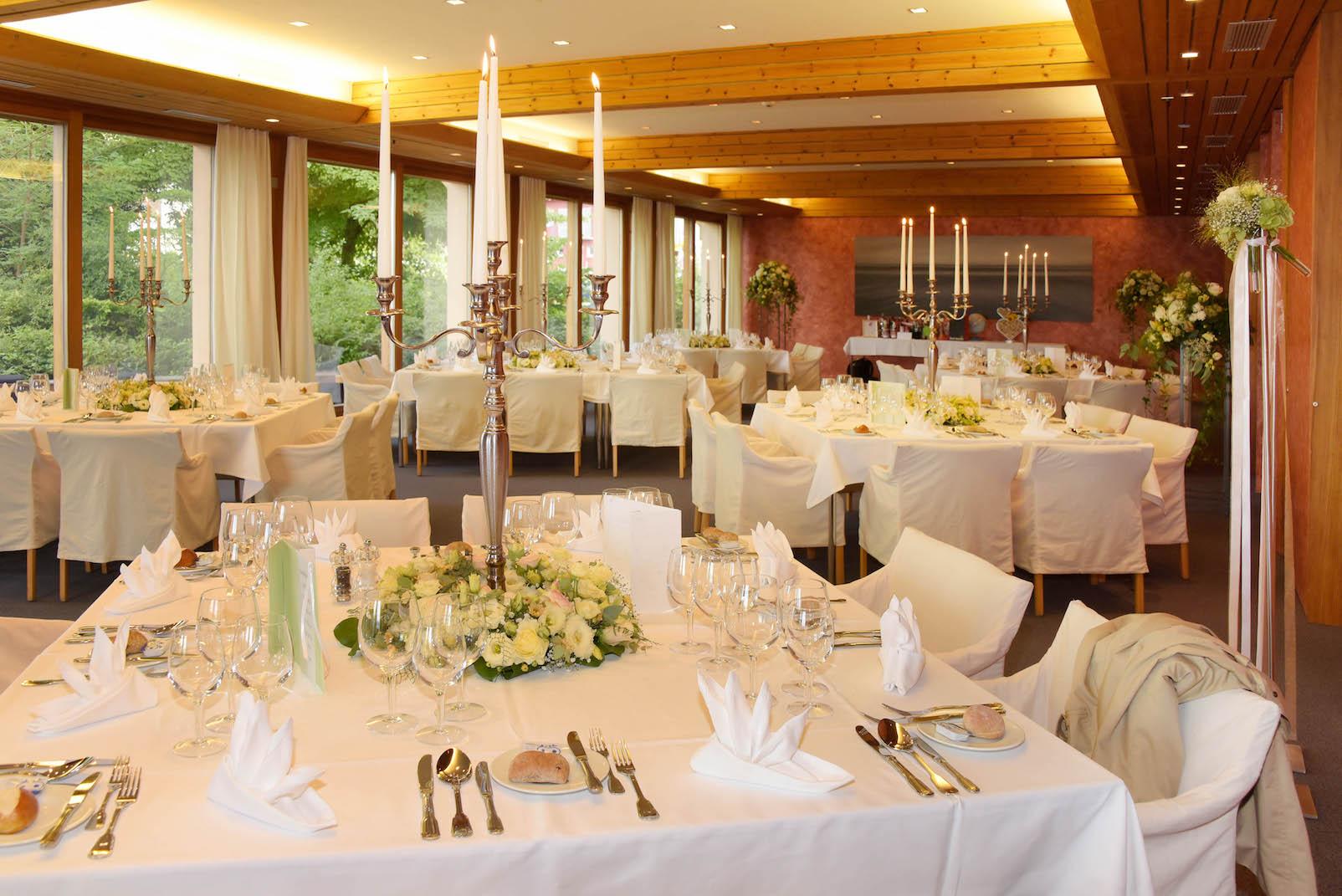 Tischschmuck hochzeit esssaal bl tenart for Raumgestaltung hochzeit