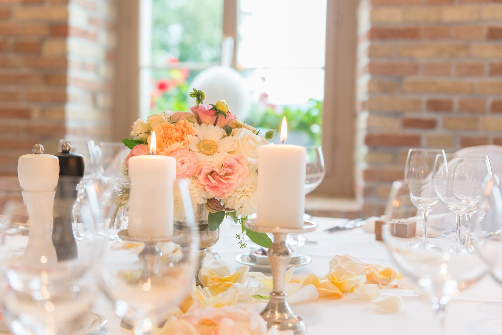 Tischschmuck hochzeit farbig kerze brennen bl tenart for Raumgestaltung hochzeit